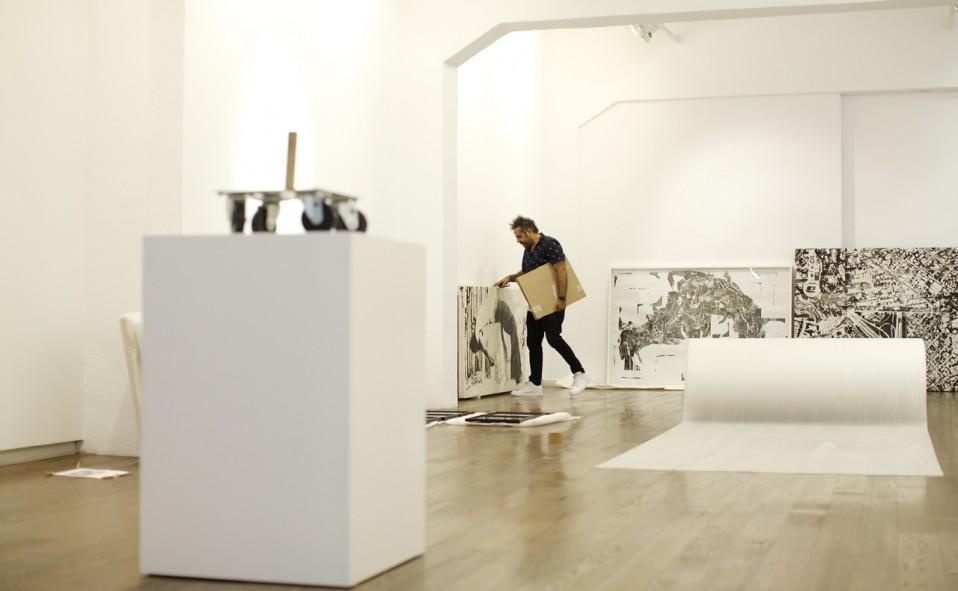 """Montaje de la exposición de Alberto Borea """"Immigration Line"""". Nit de l'Art 2015."""